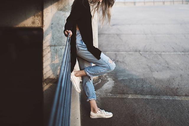 dívka u zábradlí