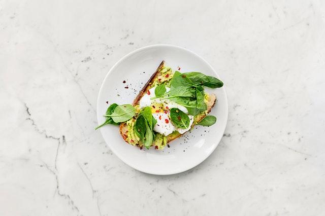talíř s chlebem na bílé kamenné desce