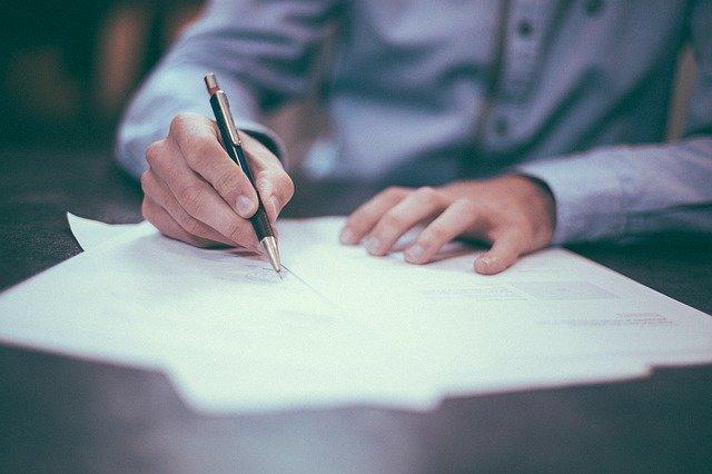 Ruka podepisující smlouvu